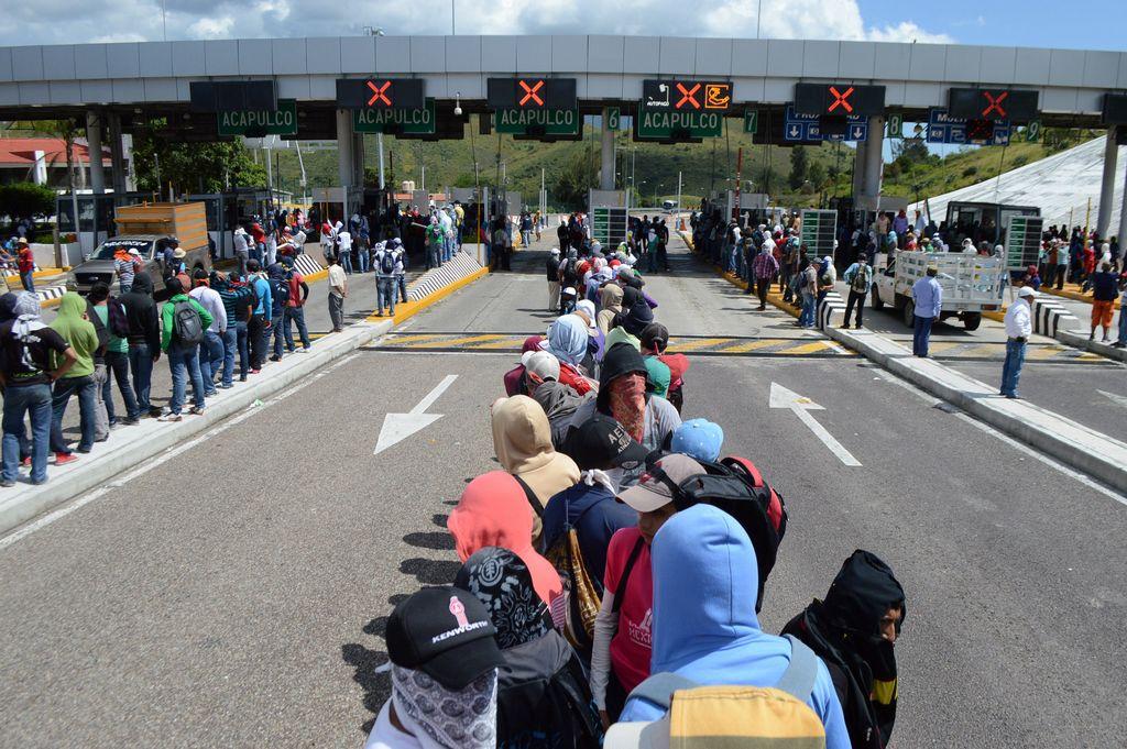 Familiares y maestros de 43 jóvenes desaparecidos mentienen tomada hoy, domingo 5 de octubre de 2014 la caseta de cobro del trámo carretero Parador del Marquéz-Chilpancingo para exigir información respecto a las fosas halladas en el municipio de Iguala.