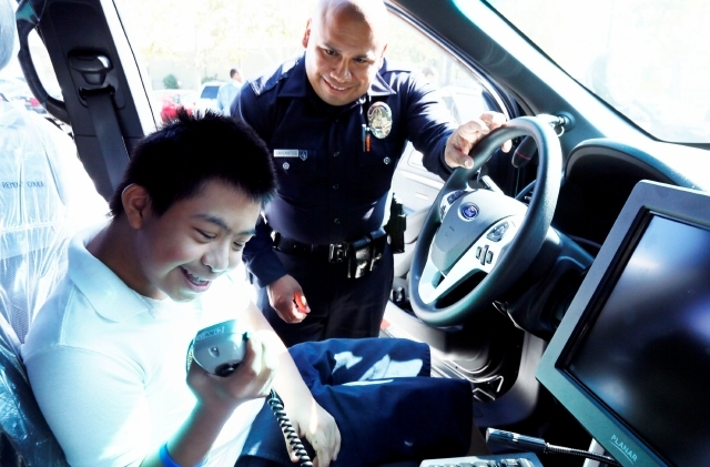 Los niños tuvieron la oportunidad de estar dentro de un carro patrulla y ambulancias y contrarrestar el temor a un encuentro con las autoridades.