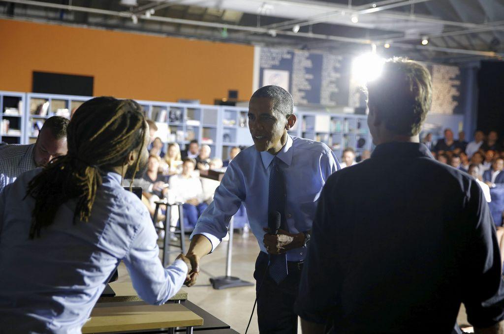 El presidente estadounidense, Barack Obama, estrecha la mano de DeKoven Ashley (i), cofundador y director ejecutivo de thrdPlace, una plataforma para la planeación comunitaria y el desarrollo, en una reunión del jueves en Santa Mónica.