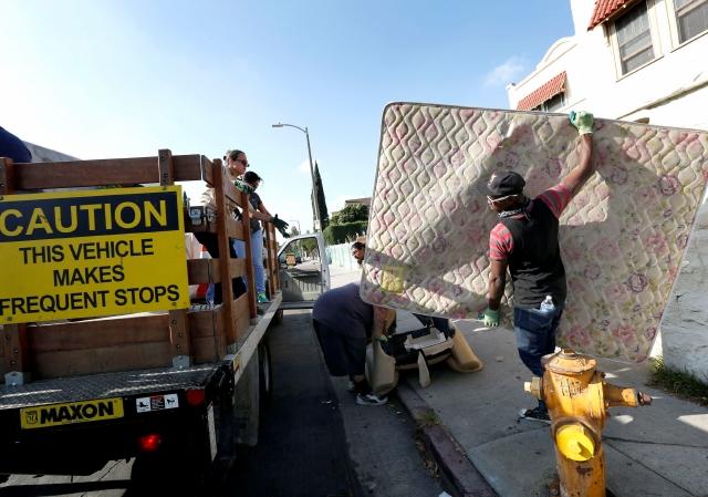 Decenas de residentes se unieron para recoger la basura en las calles del área de Pico Union.
