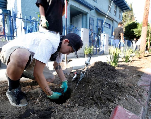Varios residentes abgelino ayudaron a limpiar las calles de su bello Los Ángeles.