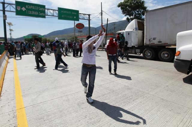 Estudiantes bloquean la    autopista del Sol