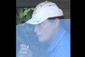 Bruce Jenner aparece con las uñas color rojo pasión