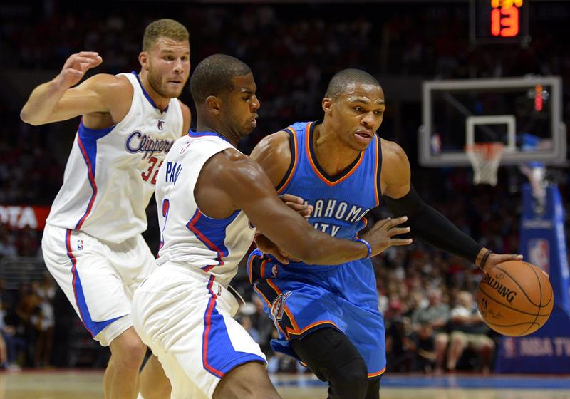 El jugador de Thunder Russell Westbrook (d) trata de superar la marca de Blake Griffin (i) y Chris Paul (c), de Clippers.
