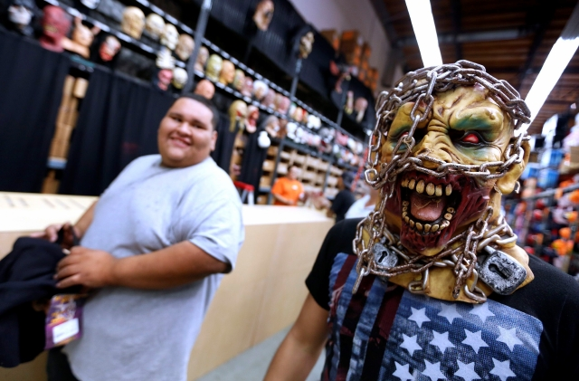 Carlos Yocupicio (el monstruo encadenado) y Frank Gonzalezm compran su atuendo en el  Halloween Club de Montebello.