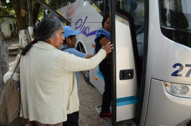 Familiares de estudiantes desaparecidos en Guerrero abordan autobuses para ir a Ciudad de México tras la detención del exalcalde de la ciudad de Iguala.