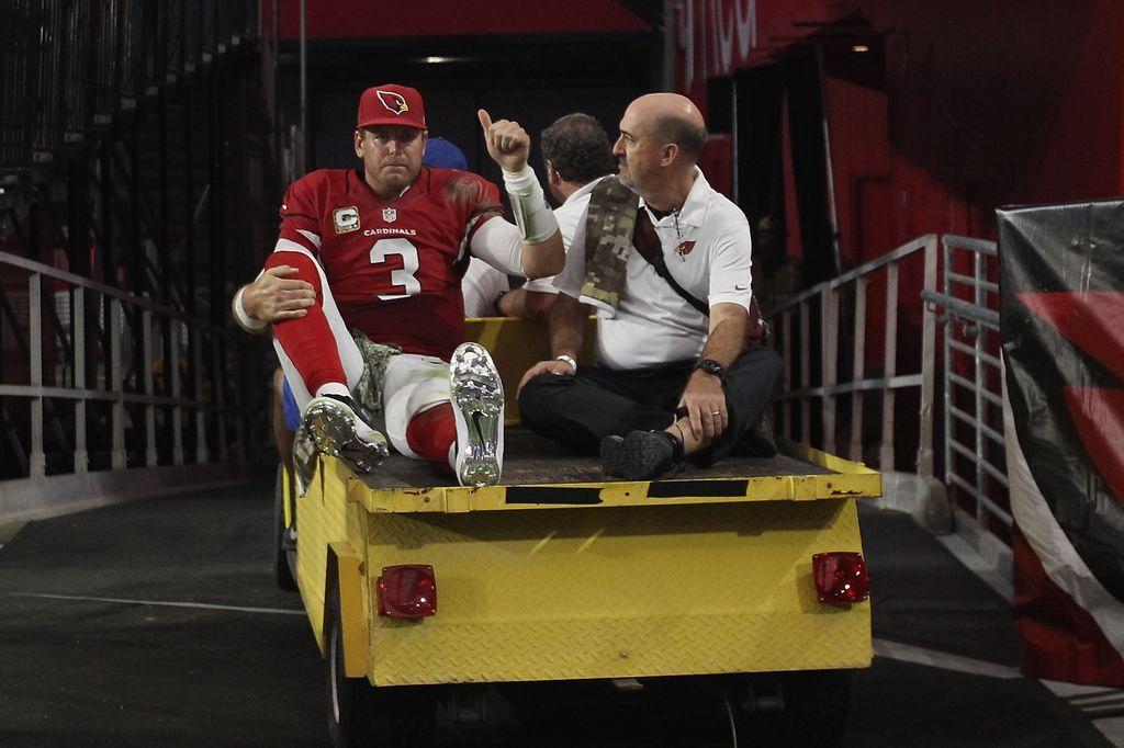Carson Palmer, quarterback de Arizona, es sacado del campo luego de sufrir una lesión de rodilla izquierda que podría dejarle fuera el resto de la temporada.