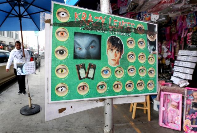 Cuidado con los  'ojos de vampiro' falsos