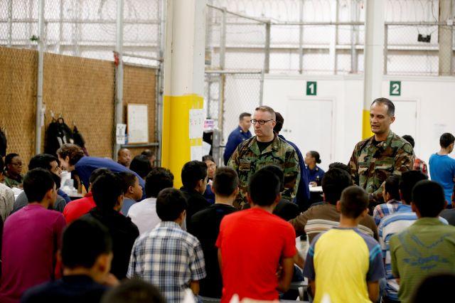 Niños migrantes aguardan para ser examinados por médicos en un centro de procesamiento en Nogales, Arizona, el 30 de julio de 2014.