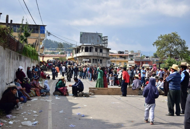 Cientos de manifestantes bloquean una carretera  a la altura del kilómetro 212 de la capital guatemalteca, en el sector conocido como San Juan Ostuncalco.