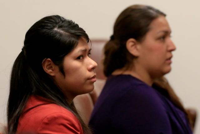 Vanesa Tapia Zavala (i) y Candace Marie Brito durante una audiencia en la corte.