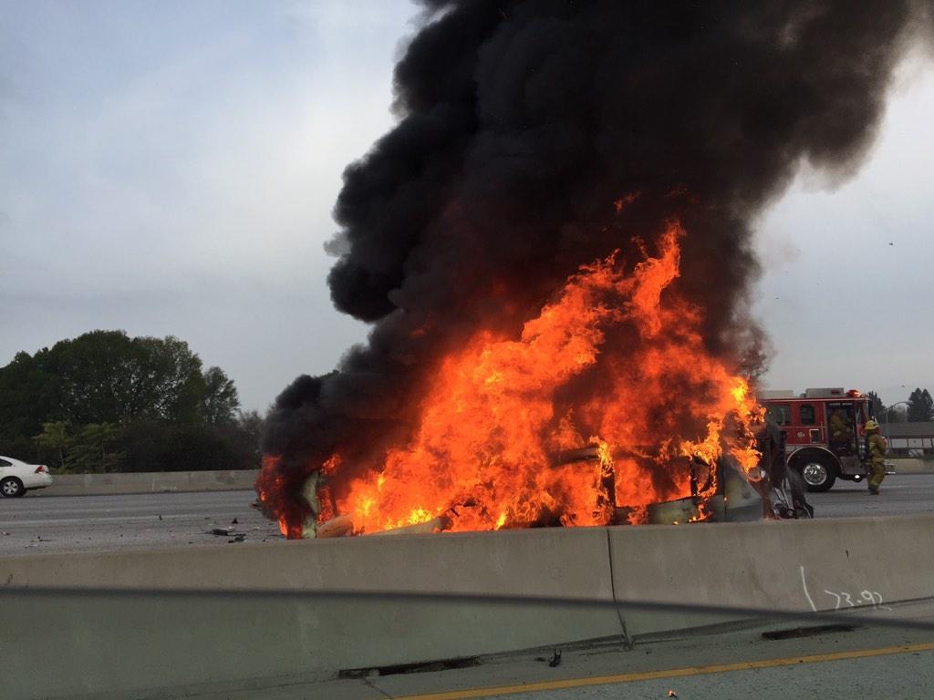 El incendio cerró varios carriles de la Autopista 405.
