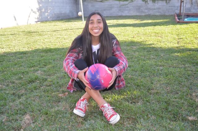 Karina Rodríguez destaca en la con sus jugadas en la cancha y con sus calificaciones en la escuela.