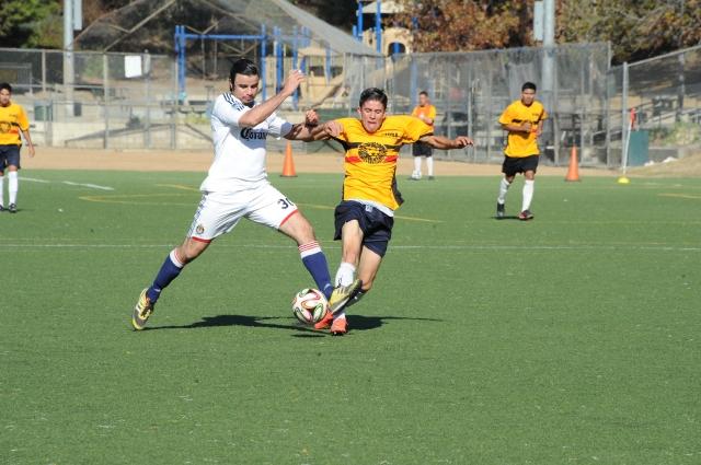 Un jugador del Atlético Azusa (der.) pelea el balón en duelo de cuartos de final ante Panamerican.