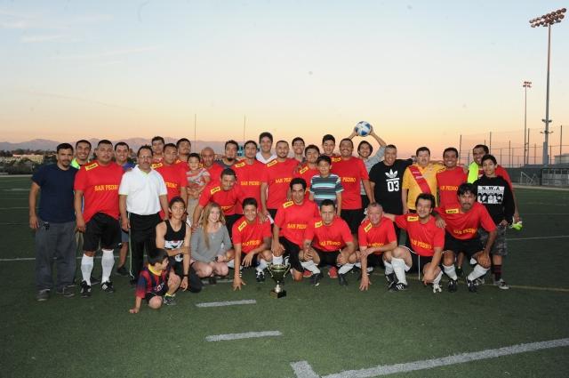Jugadores de San Pedro posan con el trofeo de campeones.
