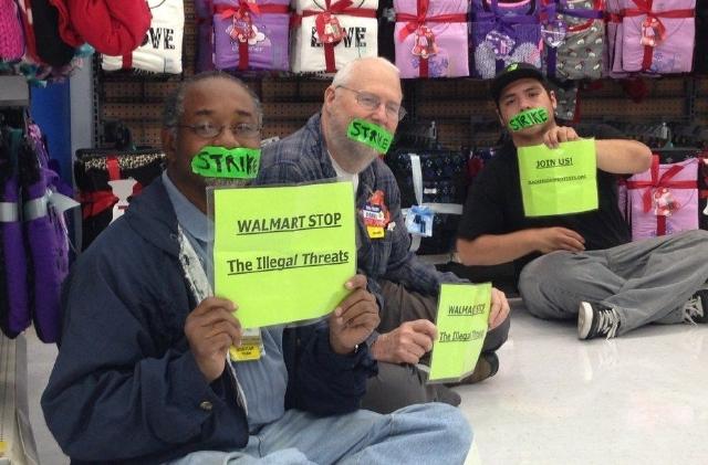 Miembros del grupo Our Wal Mart protestan dentro de la tienda de la empresa en Pico Rivera.