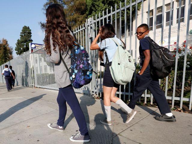Estudiantes salen de la escuela Thomas Edison.