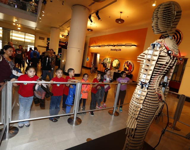 """Niños de la escuela elemental George Washington observando al robot D+ Ropop durante la exposición """"Robot Block Party"""" en el Museo de la Ciencia y Tecnología en Chicago."""
