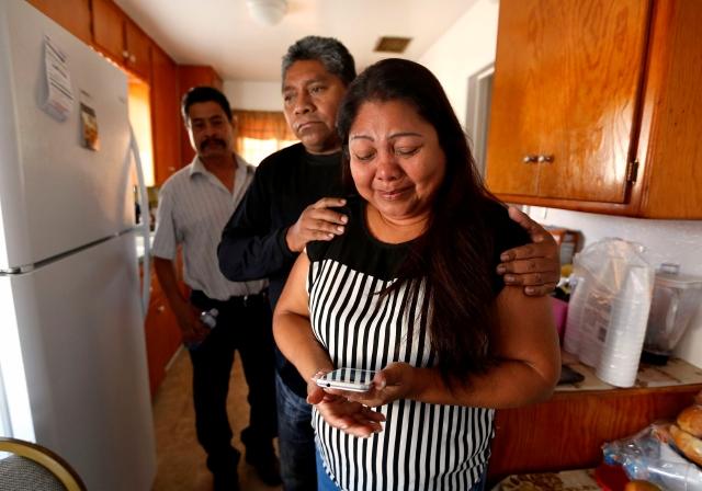 Albania Morales muestra la foto de su esposo, muerto a balazos por el Sheriff de L.A.