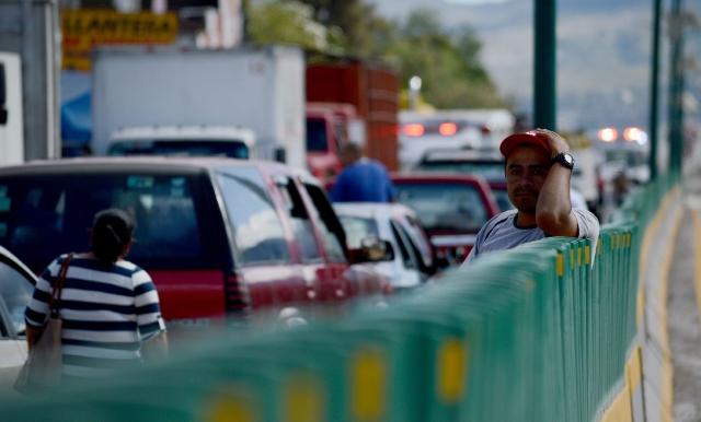 Los peajes en la carretera de acceso al balneario de Acapulco han sido blanco de  manifestantes y también de  ladrones..