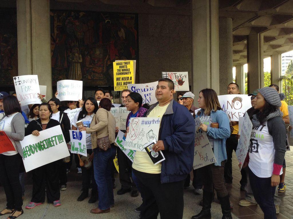Manifestantes reclaman que el gobierno de LA no presta suficiente atención al robo de salarios.