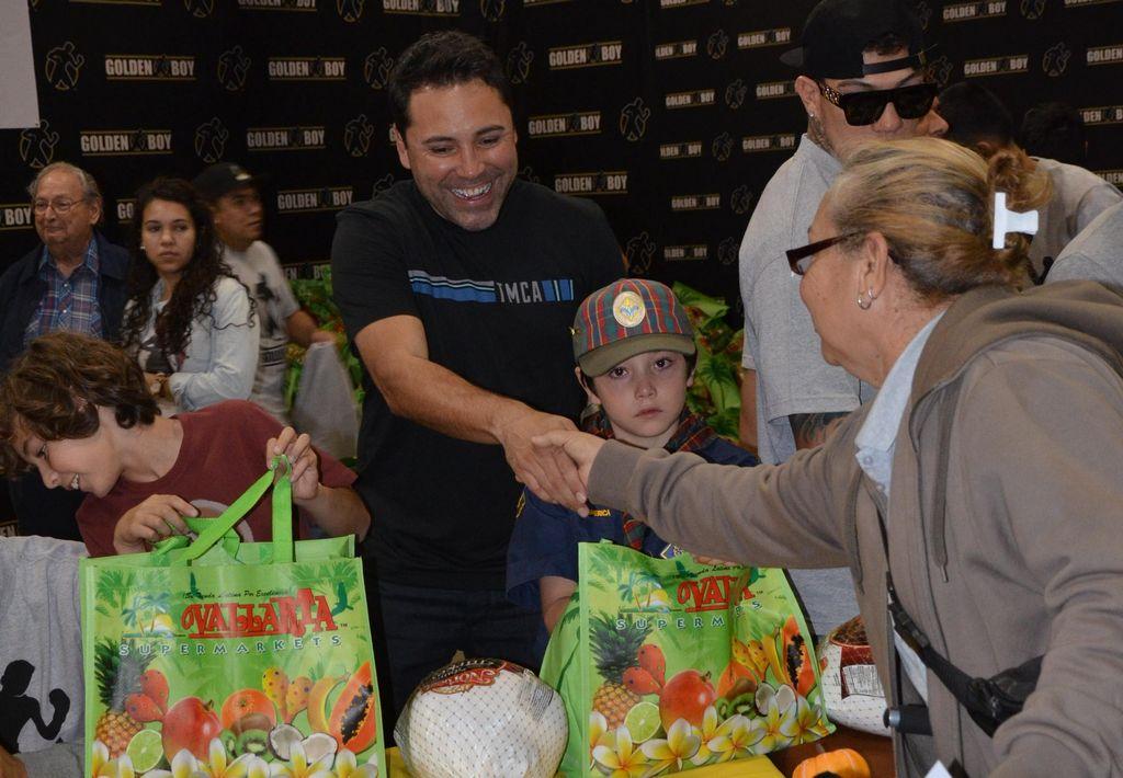 Óscar De La Hoya muestra su faceta más solidaria en el Este de Los Ángeles