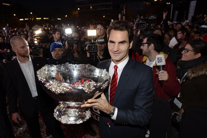 Roger Federer levanta la Copa Davis.