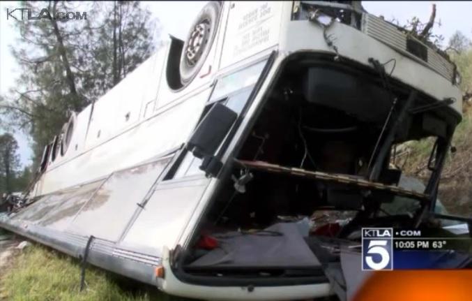 1 muerto, 30 heridos al volcarse autobús en Autopista 5