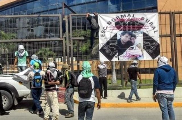 Hace 2 semanas un grupo quemó parte de las instalaciones del Palacio de Gobierno del estado en Chilpancingo, la capital estatal, e incendió vehículos.