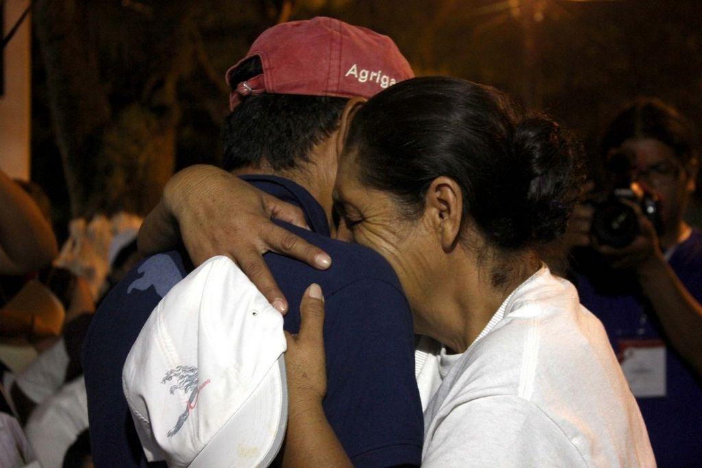 El emotivo encuentro entre madre e hijo.