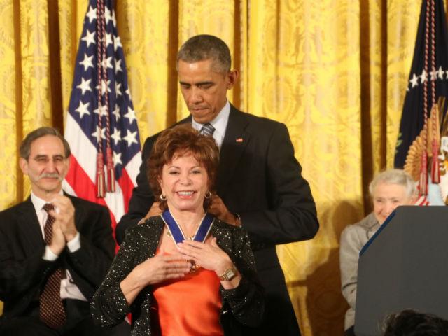 Escritora Isabel Allende recibe de Obama la Medalla de la Libertad