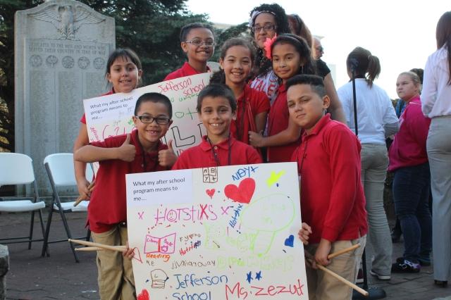 Estos pequeños hicieron  carteleras sobre lo que para ellos significa el programa extraescolar.