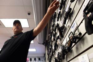 Proponen que tiendas de armas en Los Ángeles eduquen sobre el suicidio