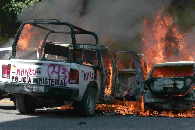 Vehículos quemados en Chilpancingo,  Guerrero, en una nueva jornada de protestas.