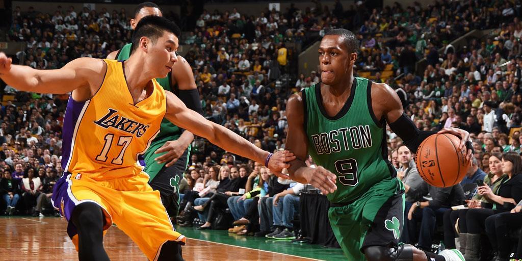 Jeremy Lin intenta arrebatarle un balón a Rajon Rondo en el TD Garden.