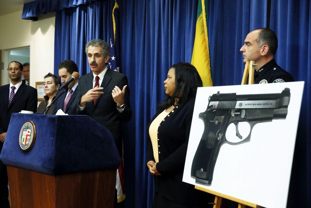El fiscal Mike Feuer anunció la acusación en contra Santiago Chávez durante una conferencia de prensa.