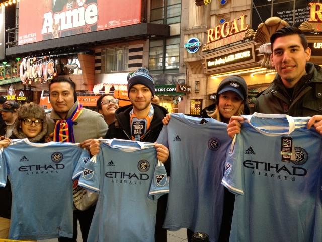 Seguidores del  NYCFC  presumen sus camisetas del equipo neoyorquino .