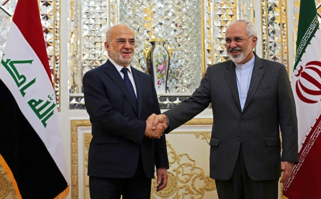 Mohammad Javad Zarif (der.) junto a Ibrahim Al-Jafari, cancilleres de Irán e Irak, respectivamente.