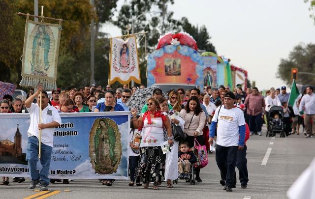 El desfile, el más antiguo en el Este de Los Ángeles incluyó la participación de decenas de carrozas alegóricas al cerro del Tepeyac,.