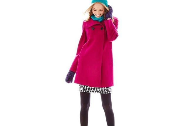 Llevar un abrigo de color es algo que instantáneamente refresca la imagen.