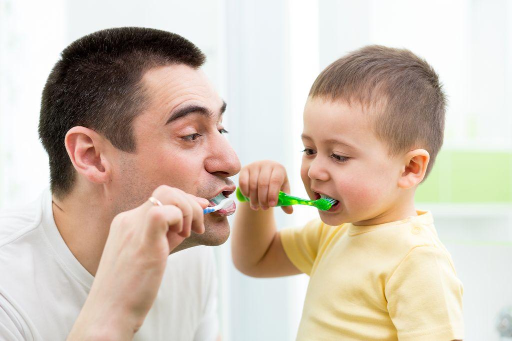 Los padres deben inculcar la higiene bucal en los pequeños con el ejemplo.
