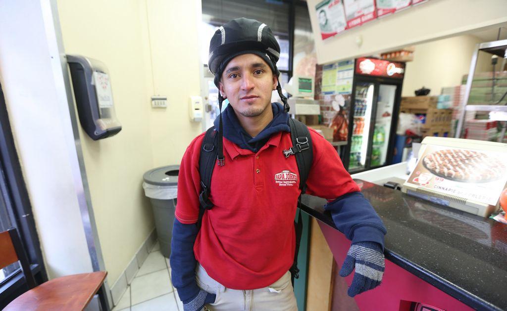 Pablo Miranda trabaja en Papa John's en Washington Heights, y se beneficiará con el incremento al salario mínimo.