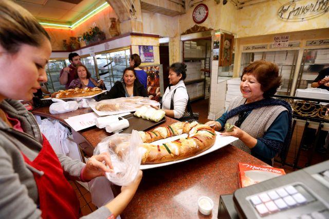 Rosca de Reyes, tradición familiar que une también en LA (fotos)