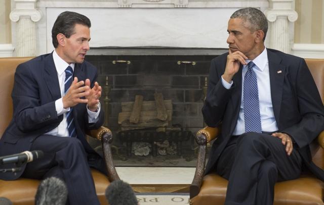"""Al salir de la Casa Blanca, Peña Nieto fue insultado por un centenar de manifestantes que lo tacharon de """"asesino""""."""