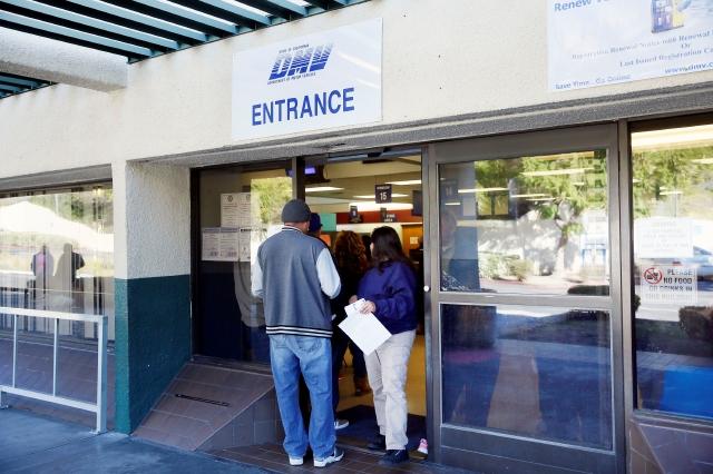 Pese al alto número de solicitudes, aún muchos inmigrantes temen acudir al centro.