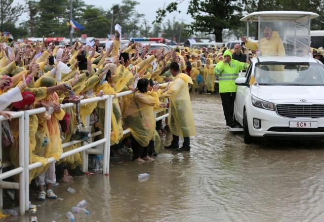 El Papa acorta su visita por  fuerte tormenta