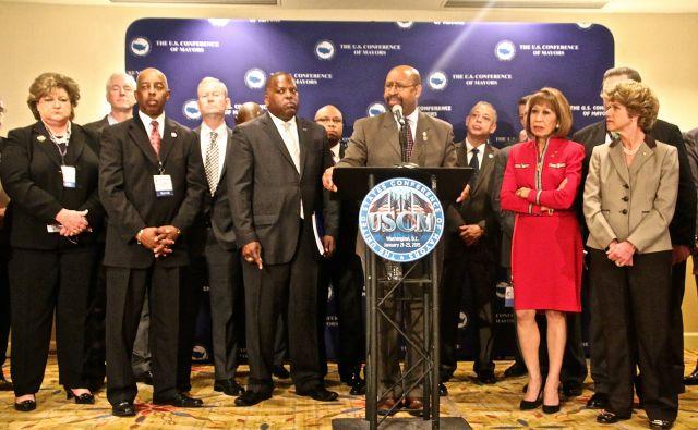Alcaldes piden ayuda federal para mejorar seguridad comunitaria