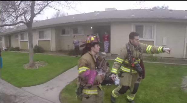Las imágenes del video muestran cómo los bomberos arriesgaron sus vidas por salvar a los pequeños de Fresno.