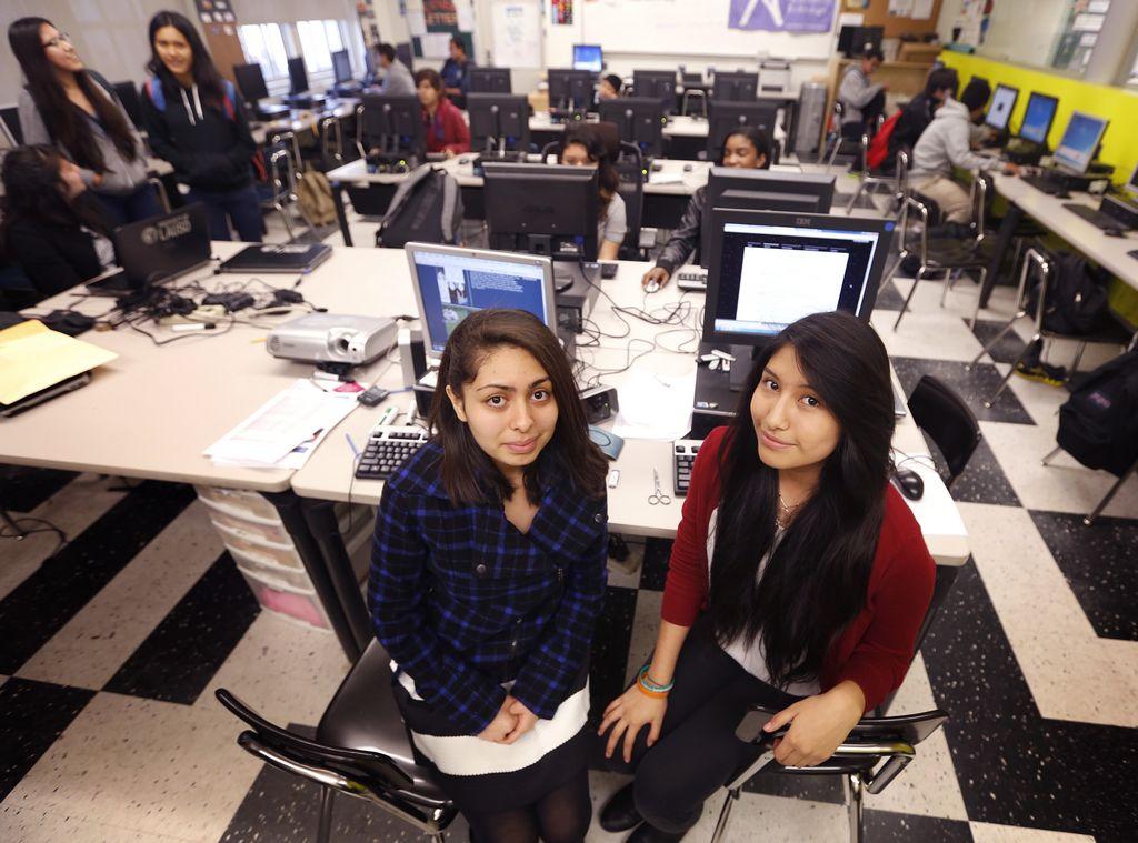 Carolina Menjívar (izq.) y Ana Hernández hablan con La Opinión sobre su reconocimiento por el Premio por Aspiraciones en Computación 2015.