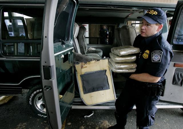 Un agente de aduanas confisca paquetes de marihuana en la frontera de San Ysidro.